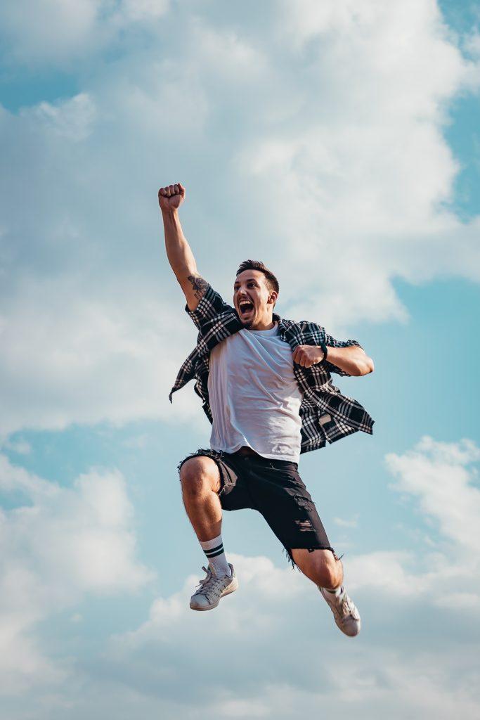 homme heureux dans les airs